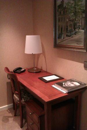 Sense Hotel: Bosch Suite desk