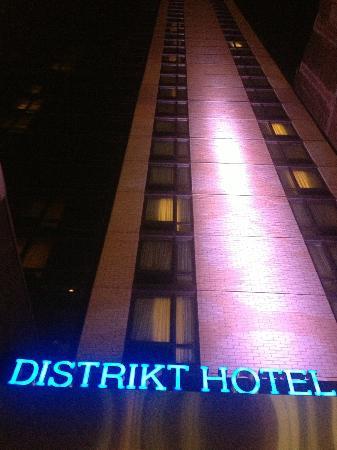 Distrikt Hotel New York City: Distrikt outside looking up