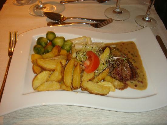 Sorell Hotel Tamina: Filet Mignon mit Gemüse und Pommes - Hauptgang