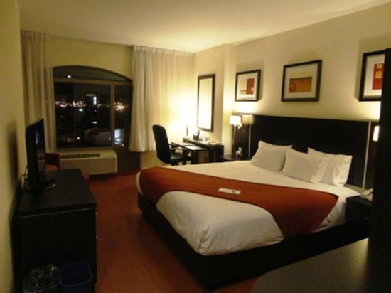 Holiday Inn Express Hotel & Suites Montreal Airport: ベッド