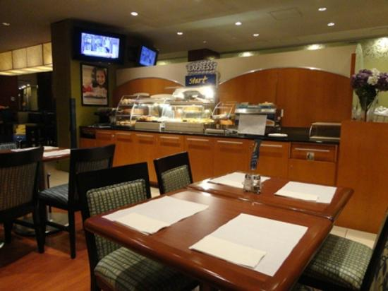 Holiday Inn Express Hotel & Suites Montreal Airport: 無料朝食用レストラン