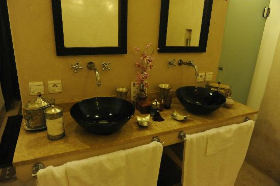 Riad Al Massarah: Violine bathroom