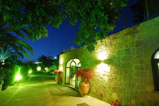 veduta notturna dell'hotel Imperamare e di Ischia