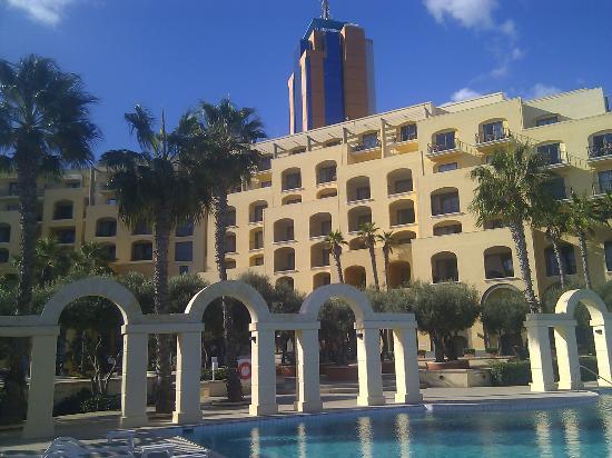 Hilton Malta: Hotellet från Sjösidan