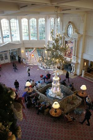 Disneyland Hotel: Hall de l'hôtel bien décoré pour Noël