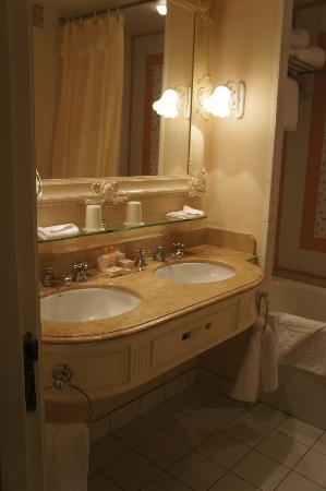 Disneyland Hotel: Salle de bains : jolie, mais vieillissante