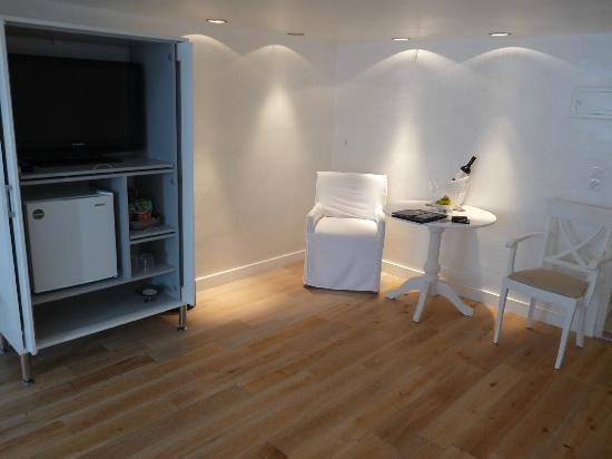 Katikies Hotel: TV chambre avec wifi