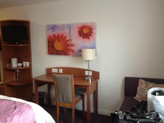 Premier Inn Scunthorpe Hotel: The desk in the room.