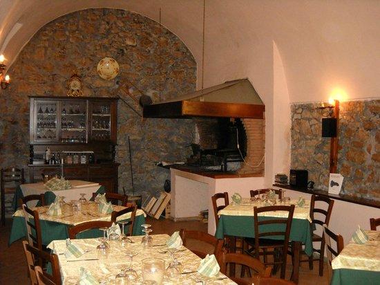 Castelforte, İtalya: un angolo di sala, con la brace a vista