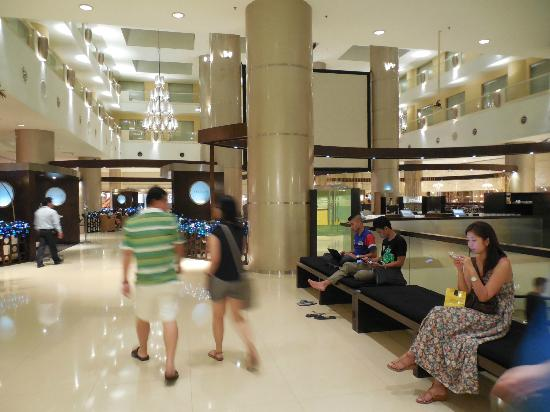 Sunway Resort Hotel & Spa: Dining Area and passage between Hotel and Mall