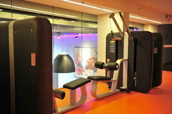 Comfort Hotel Grand Central: Gym at 2nd floor with lobby view. Open 24-7.