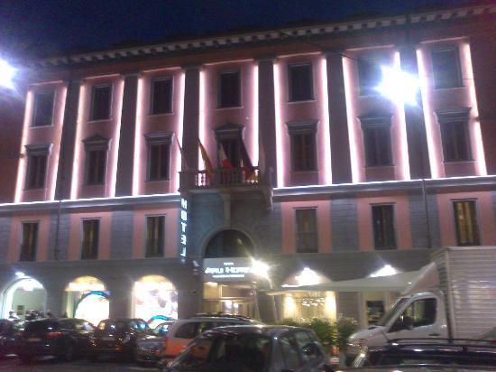 Arli Hotel: Fachada iluminada del Hotel de noche