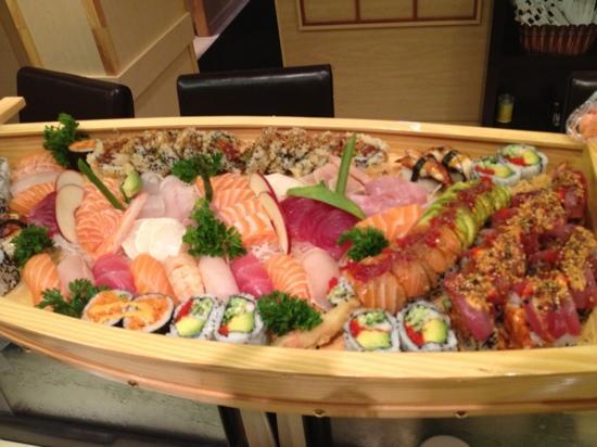 Mi-Ne Japanese Restaurant: sushi boat