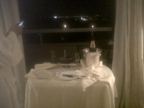 Olissippo Lapa Palace: Bolo de Aniversário no quarto.