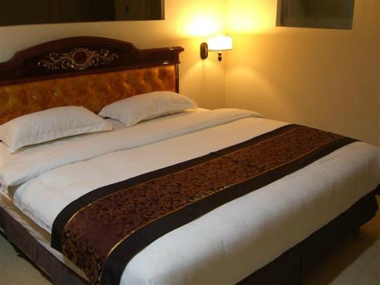 GGi Hotel: Queen-size bed in Suite Room