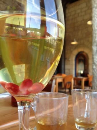 Te'enim Vegetarian Cuisine: Pomegranate seeds in my wine!