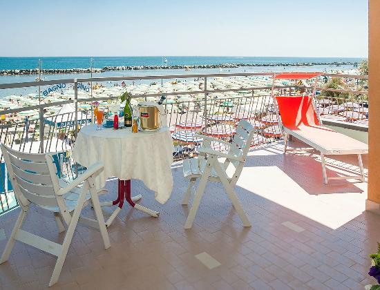 Hotel Cola: Panorama dal terrazzo camera Frontemare