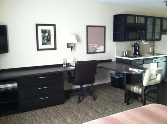 Candlewood Suites Jacksonville: Desk area