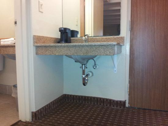 Days Inn Bloomington West: New vanity for bathrooms