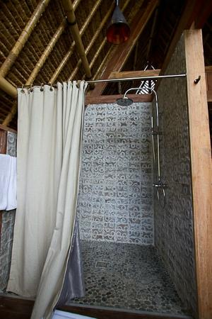 Jeeva Beloam Beach Camp: Shower area in the big bathroom