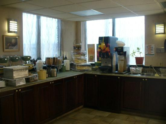 Quality Inn: Breakfast Bar area