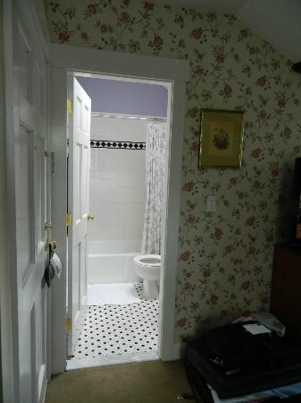 Mary Prentiss Inn: Bathroom