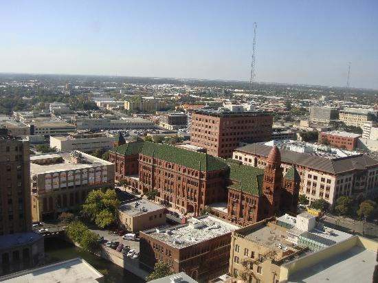 Drury Plaza Hotel Riverwalk: view of San Antonio from room on 22nd floor