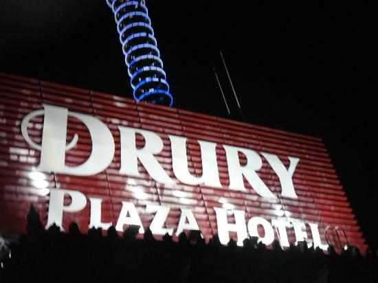 Drury Plaza Hotel Riverwalk: Roof sign can be seen from anywhere.