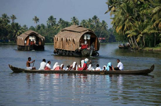 Adenz Backwater Home Stay: Canoe and Houseboat