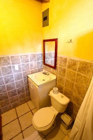 Hotel Buenos Aires: Bathroom.