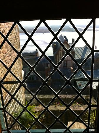 Auberge Saint Pierre: vue depuis la fenetre à l'ancienne (vitres au plomb)
