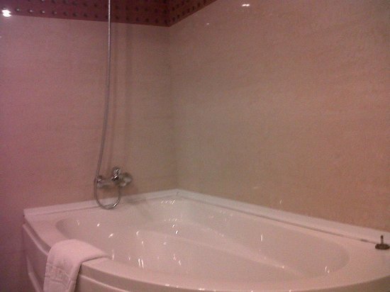 Golden Tulip Flamenco:                   clean bathtub