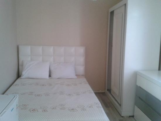 Eroglu Apart : The queen size bed in the bedroom with in total 4 places to sleep