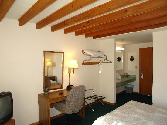Forty Winks Inn: one full size bed room