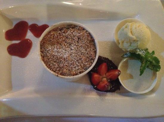 La Vida Restaurant: Rhubarb & apple crumble W puréed raisins & cardamom sour cream