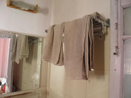 Pineridge Hotel: Fresh towels in bathroom - who would dare to use ?