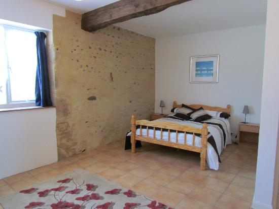 Le Mouneu: Large ground floor bedroom with en-suite