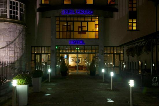 Oriel House Hotel: Entrance at night