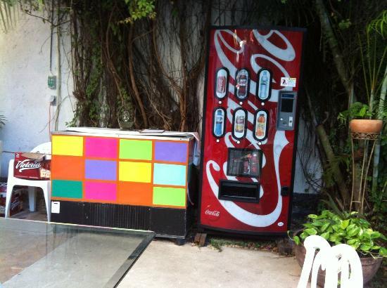 Hostel Quetzal : Soda/water vending machine and beer cooler