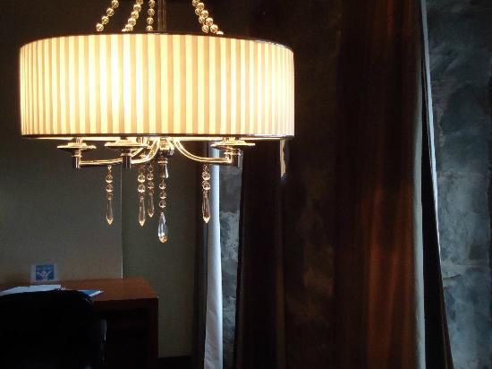 هوتل بورت رويال: chandelier in dining area 