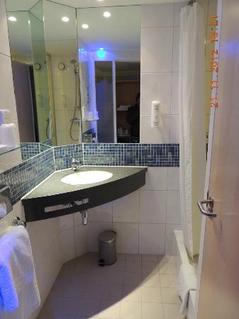 Holiday Inn Express London-Swiss Cottage: tocador de baño