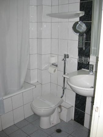 Hotel Metropol: bath & sink