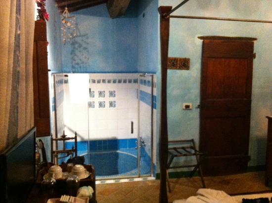 Il Cantico della Natura: una parte della stanza con la vasca a terra