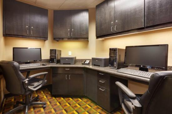 Hampton Inn & Suites Fresno-Northwest : The Business Center of the Hampton Inn and Suites Fresno hotel is available 24 hours a day.