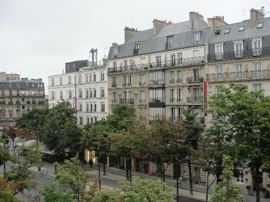 Hotel Le Royal Rive Gauche: View from 4th floor onto Raspail Blvd
