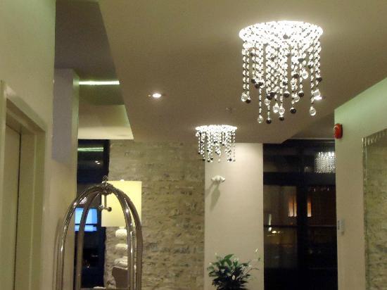 هوتل بورت رويال: crisp white lobby with white accents 