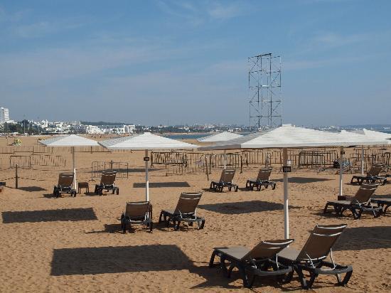 Les Blancs : Servicio de hamacas en la playa del mismo restaurante