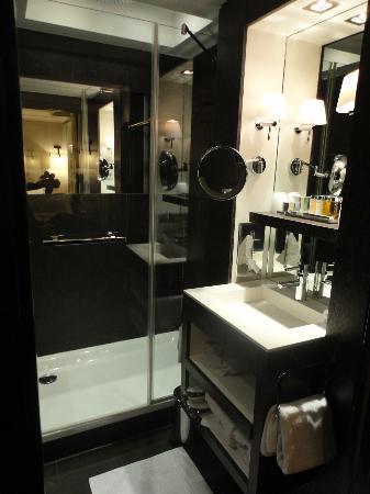 Les Jardins de la Villa: SDB avec une grande douche