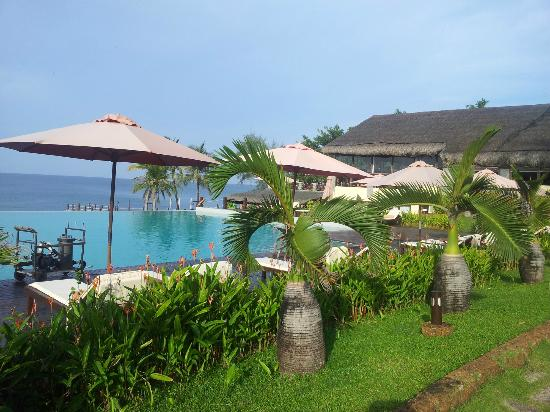 Chen Sea Resort & Spa Phu Quoc: View across the pool towards the restaurant