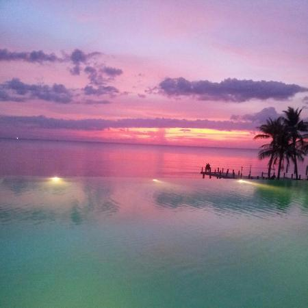 Chen Sea Resort & Spa Phu Quoc: Sunset over the infinity pool